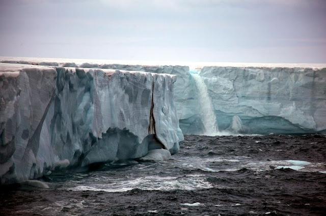 الشلالات الجليدية في سفالبارد في النرويج glacier-waterfalls-6